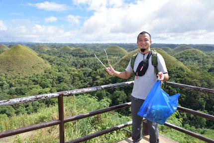 旅行先 (ボホール島のチョコレート・ヒル) でゴミ拾いを行いました。 フィリピン国内で旅行した際に、旅先でゴミ拾いをするようにしています。