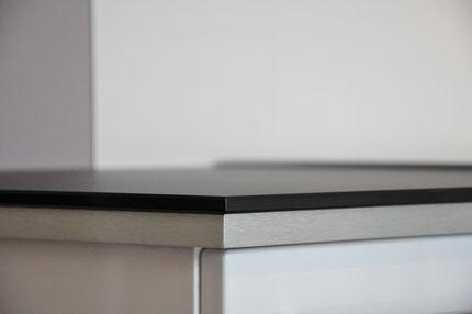 Ansicht einer Diamantglasarbeitsplatte mit Edelstahlunterbau aus mdf Material