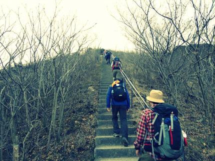 前半は山歩きと市街地歩きを繰り返す