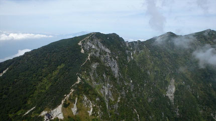 振り返って木曽殿山荘と木曽駒に続く稜線と、奥に御嶽山。