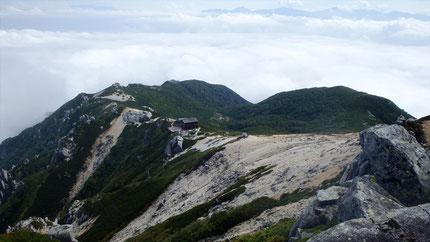 池山尾根と駒峰ヒュッテ、向こうに南アの皆さん。