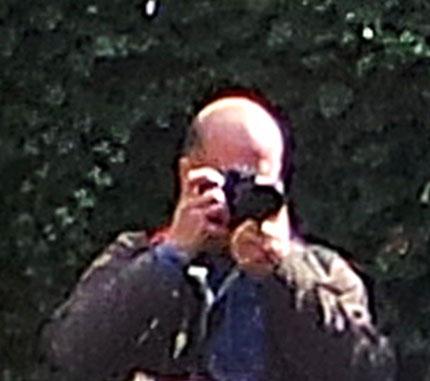 """Ständig auf Objektjagd: Richard Arnold alias """"Viel LesEr"""" - hier am 9. April in Bad Säckingen. (Fotoausschnitt: David McLion, Schwanden)"""
