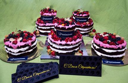 Торт Ягодный День Строителя.   Вес 15 кг.   Насыщенный шоколадный бисквит, сливочно-творожный крем.