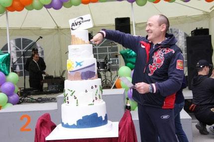Торт для AVS GROUP. Высота 1метр 15 см. Вес 50 кг . Пять ярусов.