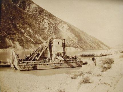 Le dragage du lit de la Drôme, dans la plaine du Lac. (1887)