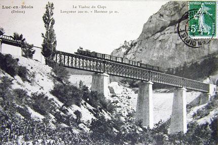 Sur la photo, le train est tracté par la fameuse locomotive « Coupe-vent » qui a circulé sur la ligne, de 1905 à 1910
