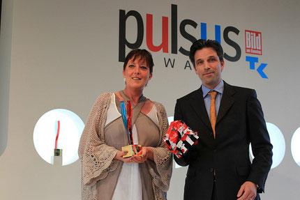 Nina Lupp und ihr Laudator Tobias Kuhn - Verlagsleiter der BamS -  Mit Klick auf das Foto gelangst du zum Video der Verleihung