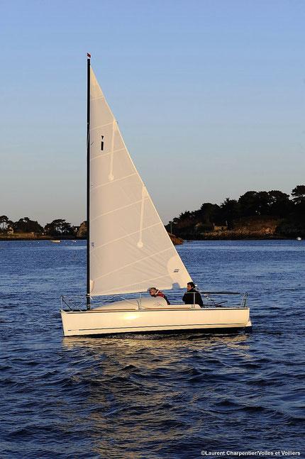 Ikone 5.50 als Catboat mit Carbon-Roll-Mast