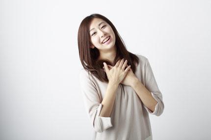 笑顔の女性 胸に手をあてる 自分を大切に 安らぎ