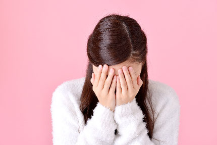 辛くて泣いている女性