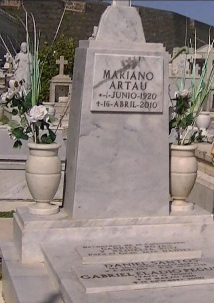 Mausoleo con los restos de Mariano Artau, junto a Yayo y Daniel.