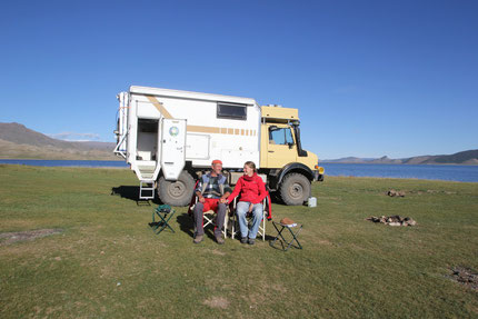 Unser Unimog und wir am Tsagan Nuur in der Mongolei  -  Sept.2013