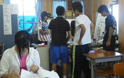 英語のテストに群がっている塾生たち