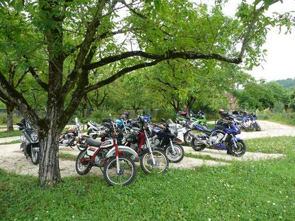 à Collonges la Rouge, en Vallée de la Dordogne, la Mérelle accueille les randonneurs et les motards