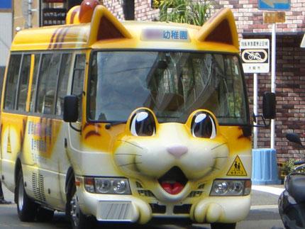 こんな車で六甲山に登ってみたい!って、これは幼稚園バスだ!