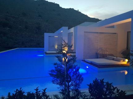 Ein Sharing-Pool mit einzeln abgetrennten Terrassen