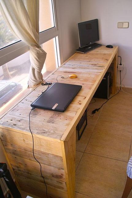 escritorio de pallet con detalles constructivos en los cuatros lados