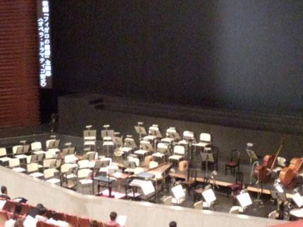 オペラ・ドラマティコ形式のオーケストラ・ピット。指揮台のすぐ横にはチェンバロが。