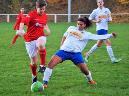 Lisa Adao (vorn rechts) bereitete mit starkem Einsatz gegen Eintracht  Lollar II ein Tor vor und erzielte auch das 3:0. Im Hintergrund rechts  die Schützin des ersten Tores für die FSG, Larissa Henß