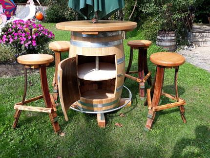 Fasstisch mit Schirmhalterung inkl. Fußring, Türl mit Regal, Gravur und Sitzhocker