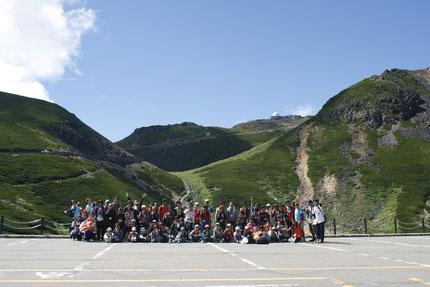 乗鞍サマーキャンプで乗鞍登山前に全員写真