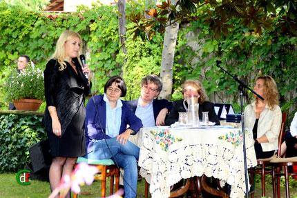 """Manuela Muzzolini, consigliere di minoranza per """"Agliè Viva"""", saluta il pubblico e la giuria (foto Cesare Dellafiore)"""
