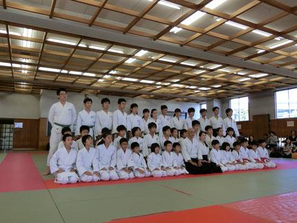堺市立大浜体育館柔道場にて記念撮影