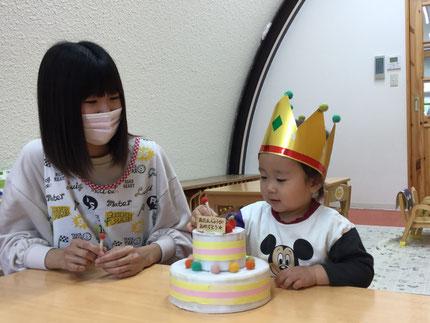 今日は、4月生まれのお友だちのお誕生日会をしました。みんなから、♪  ハッピーバーズデイ ♪ の歌とケーキのプレゼント。        お誕生日おめでとう !