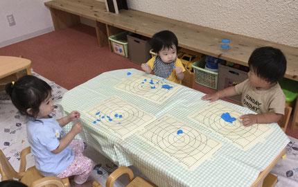 そらぐみさんと、ひかりぐみさんは粘土遊びと、洗濯バサミ遊びをしました。