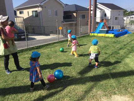 ひかりぐみさんは、ボールで遊びました。ボールを蹴ったり、転がしたり楽しそうに遊んでいました。