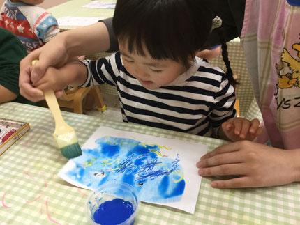 その上に絵の具を塗ったら、クレヨンで描いたところが、絵の具をはじいていました。あらあら、不思議 !