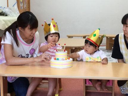 今日は、9月生まれのお友だちのお誕生日会をしました。ゆいちゃんは10日で1歳になり、しのちゃんは22日で2歳になります。みんなから、 ♪ ハッピーバーズデイ ♪ の歌とケーキのプレゼント。お誕生日、おめでとう !