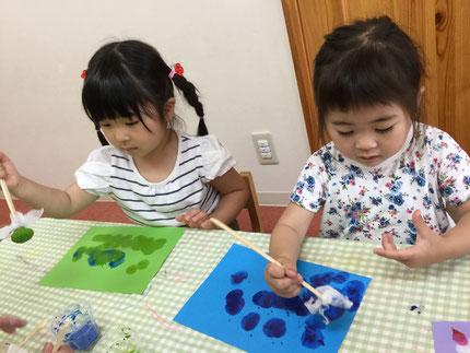 ほしぐみさんは、絵の具でタンポ遊びをしました。絵の具をつけて、ぽんぽんぽんと色画用紙に押していました。