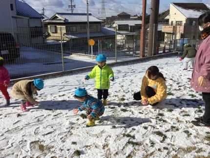 今日は、雪が積もりました。子どもたちは、雪を見て大喜び !  早速、雪遊びをしました。