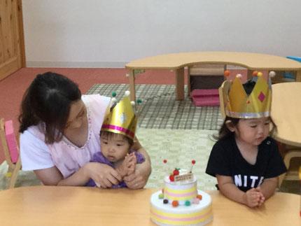 今日は、そらぐみのみやこちゃんと、ひかりぐみのくれはちゃんのお誕生日会をしました。みやこちゃんは今日で1歳になり、くれはちゃんは明日で2歳になります。みんなから、ケーキと♪ ハッピーバーズデイ ♪ の歌のプレゼント 。みやこちゃん、くれはちゃん、お誕生日おめでとう !