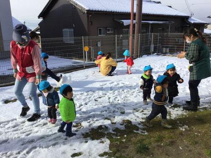 昨日、雪が降ったので、テラスにも雪がたくさん積もりました。テラスで雪遊びをしました。