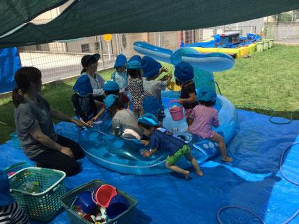 毎日、暑い日が続きますね。昨日から、プール遊びが始まりました。今までは、水遊びだったので、子どもたちは大きなプールを見て、大喜び。