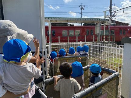 そらぐみさんと、ひかりぐみさんは高浜港駅までお散歩に行きました。乗り物が大好きなみんな。電車を見ると、とっても元気な声で「でんしゃ、ばいばーい!」と手を振っていました。反対方面に行く電車も見る事ができ、エアバスの中で背伸びをして見ている子もいました。帰り道でも「でんしゃ!でんしゃ!」と言う声が聞こえてきて、みんな余韻に浸っていましたよ。