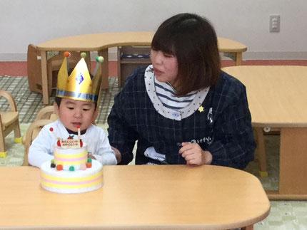 今日は、ひかりぐみのしゅんくんのお誕生日会 。しゅんくんは、19日で2歳になります。みんなから、♪ ハッピーバースデー  ♪の歌とケーキのプレゼント ! しゅんくん、お誕生日おめでとう !