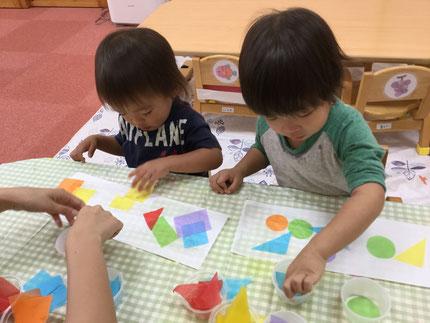 ひかりぐみさんは、丸や三角、四角に切ったお花紙を貼りました。みんな、上手にできました。子どもたちが作ったランプシェードが、鬼みちまつりで飾られるので、ぜひ見にきてくださいね。
