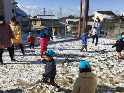 雪を触ったり投げたり、雪を踏んでみたり・・・たくさん遊んでいました。寒くても、元気いっぱい ! 雪遊び、楽しかったね !