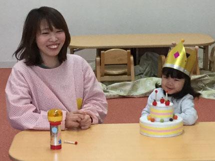 今日は、ひかりぐみのひなのちゃんの、お誕生日会をしました。ひなのちゃんは、3月8日がお誕生日ですが、明日で退園するので、早いですがお誕生日会をしました。みんなから、♪ ハッピーバーズデイ♪の歌とケーキのプレゼント。ひなのちゃん、おめでとう !