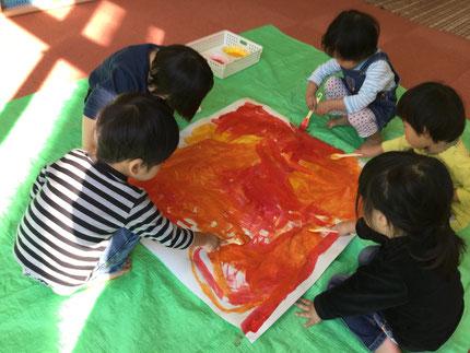 今日、ほしぐみさんは絵の具遊びをしました。大きな紙に、はけを使って絵の具を一生懸命に塗っていました。さてさて、何になるのかな?