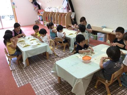 ほしぐみさんは、粘土遊びをしました。みんな、いろいろなものを作って、楽しんでいました。