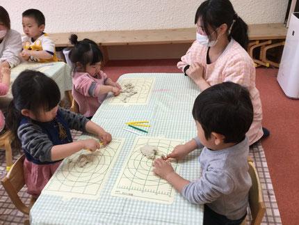粘土遊び、楽しいね ! みんな、粘土遊びが大好きです。