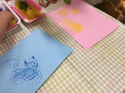 以前は大きな紙にペタペタと押していた野菜スタンプ。今日は色画用紙に押したよ。何に変身するのか楽しみだね!