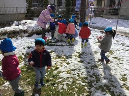 ほしぐみさんは、雪だるまを作っていました。寒かったけれど、子どもたちは大喜びでした。