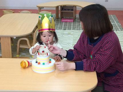12月になりました。今年もあと一ヶ月ですね ! 今日は、ひかりぐみのかれんちゃんの、お誕生日会をしました。かれんちゃんは、3日で2歳になります。みんなから、♪ ハッピーバーズデイ ♪ の歌とケーキのプレゼント。かれんちゃん、2歳のお誕生日おめでとう !