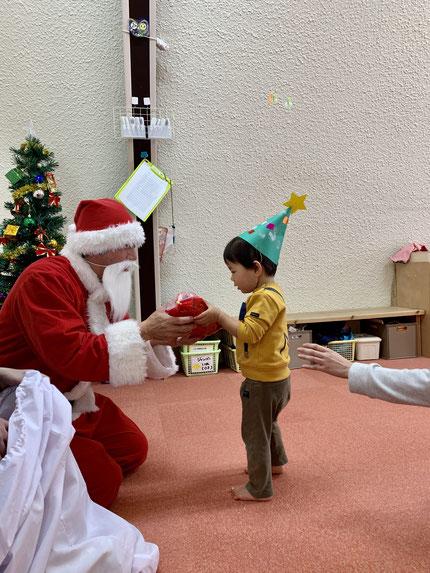 保育園にも、サンタさんが来てくれました。サンタさんから、プレゼントをもらいました。