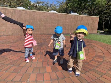 今日はいい天気 ! そらぐみさんとひかりぐみさんは、かわら美術館へお散歩に行きました。